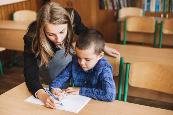 teacher-setting-example_23-2147885333
